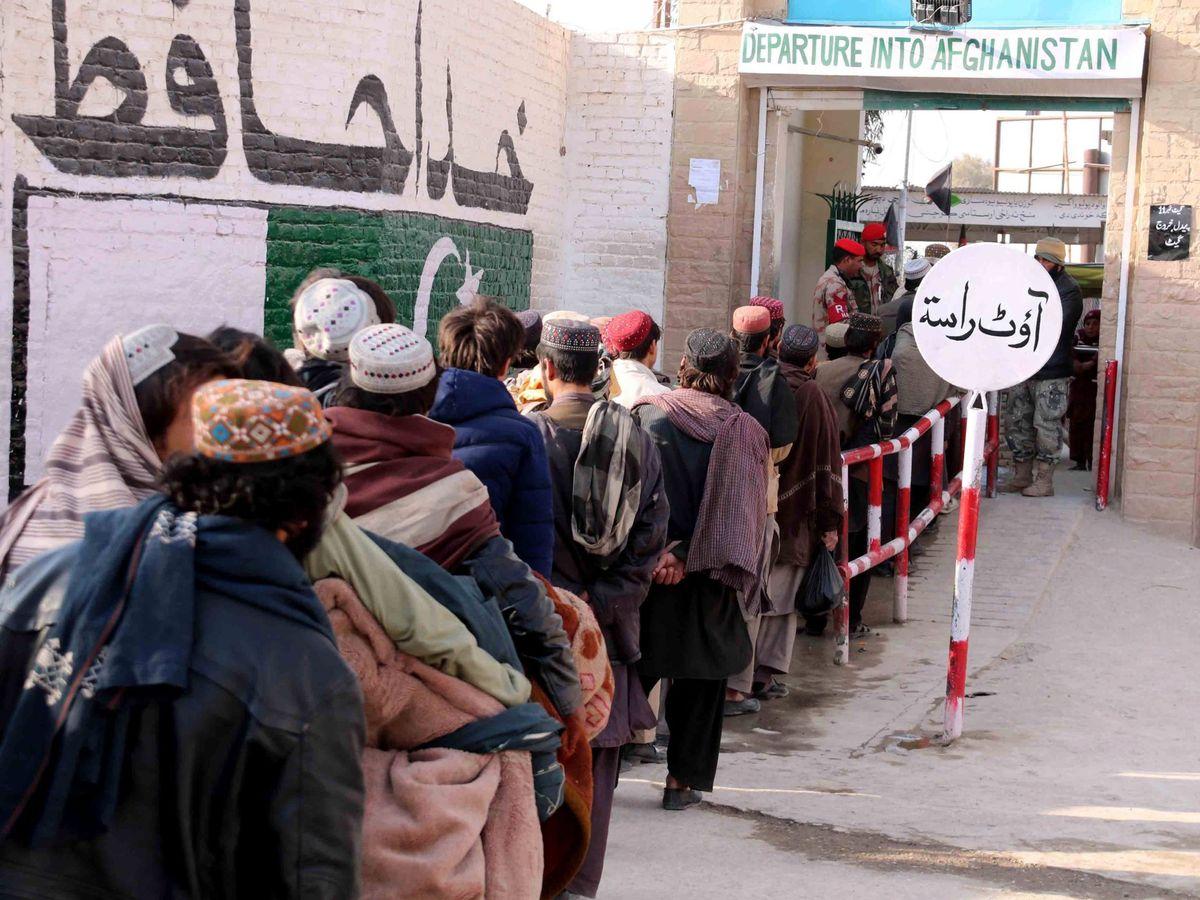 Foto: Afganos en la frontera. (EFE)