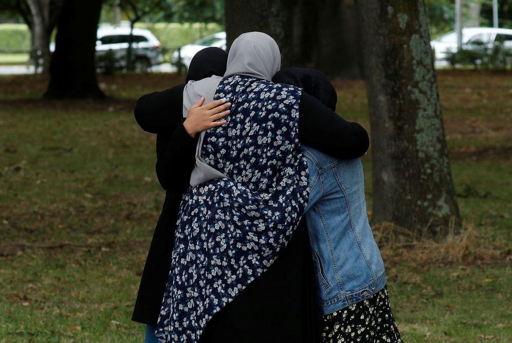 Foto: Varias personas se abrazan cerca de la mezquita Masjid Al Noor, en Christchurch. (Reuters)