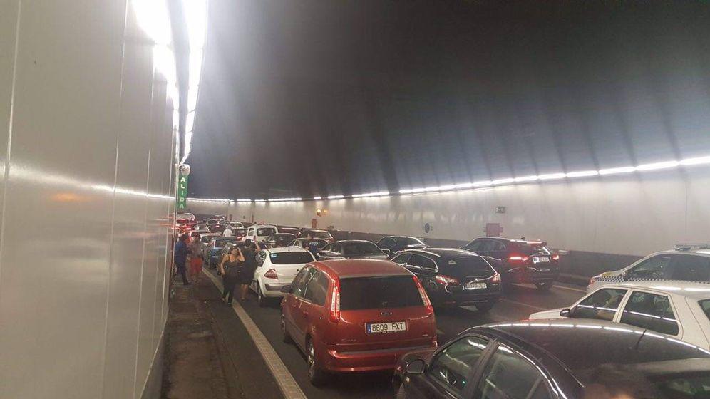 Foto: Atasco causado por el incendio de un coche este martes en la M-30. (Twitter)