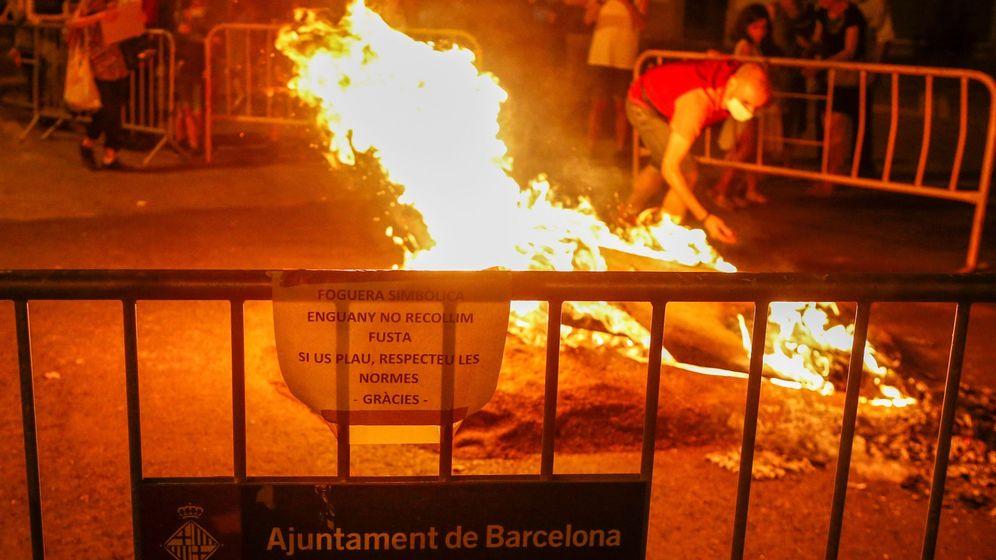 Foto: Unos vecinos del barrio de Sant Antoni de Barcelona hacen arder una hoguera simbólica en la calle Entença con la Av Mistral (EFE)