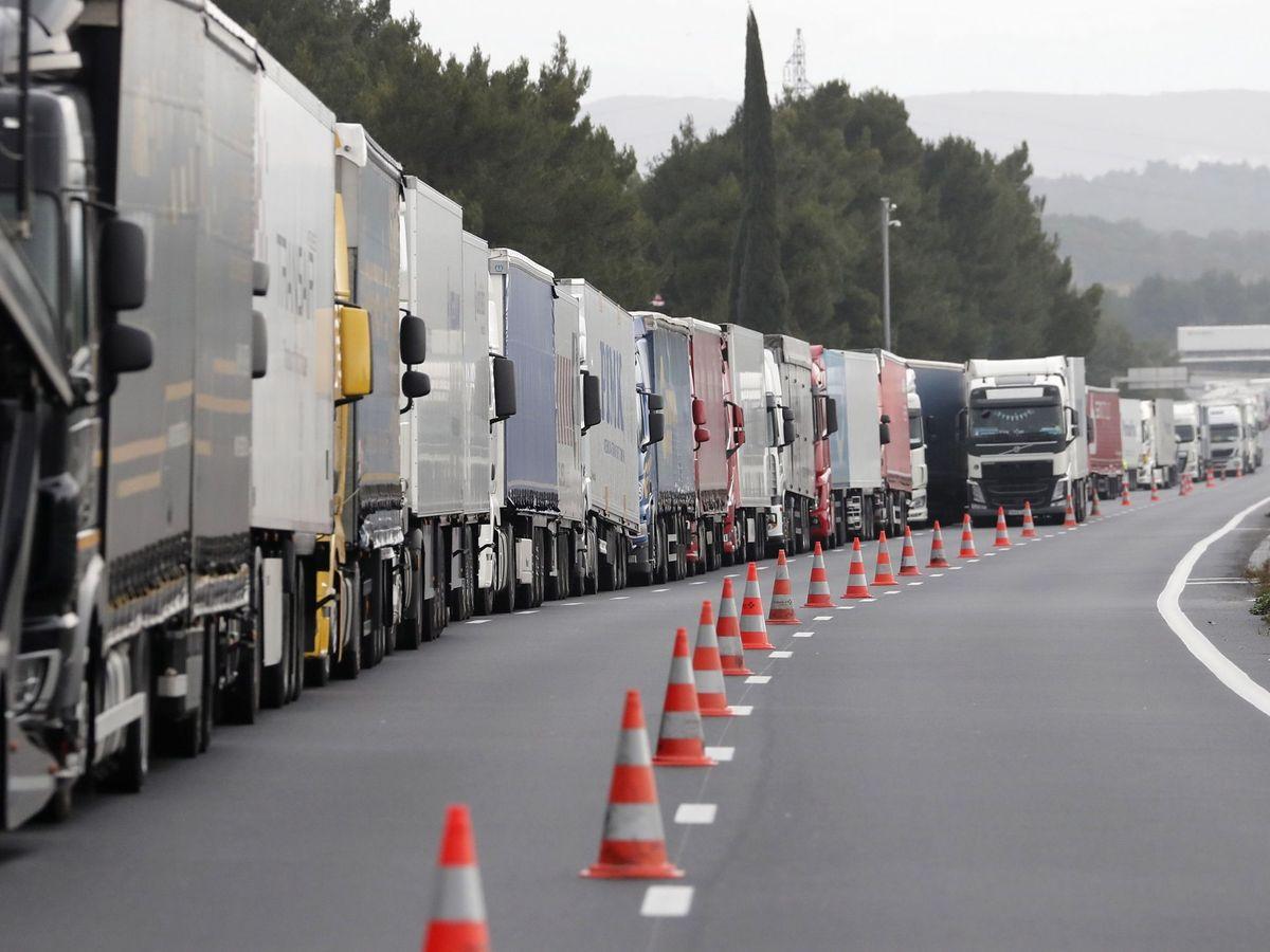 Foto: Camiones parados en una autovía a causa de un temporal. (EFE)