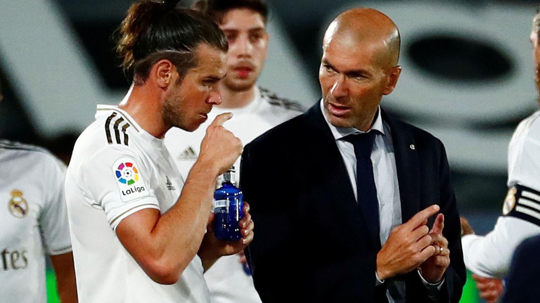 Zidane da instrucciones a Bale en un partido de Liga en el estadio Alfredo Di Stéfano. (EFE)