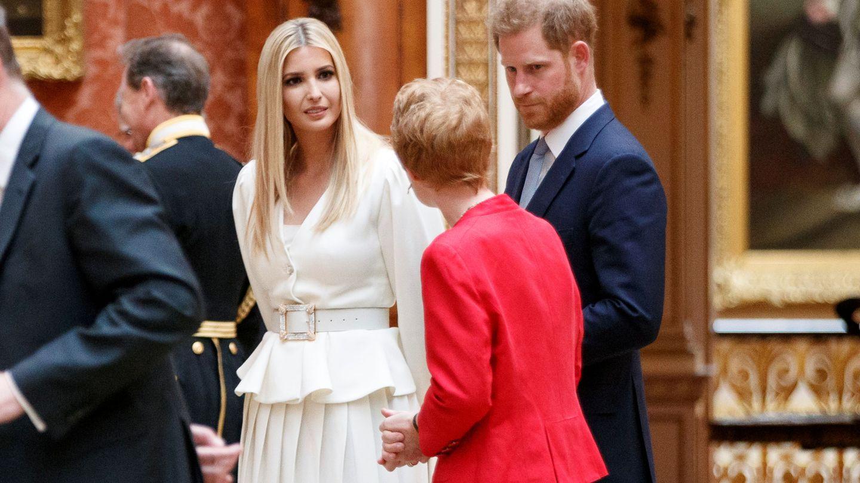 El príncipe Harry e Ivanka Trump, en Buckingham. (Reuters)