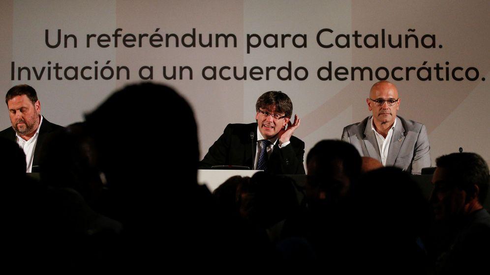 Foto: Carles Puigdemont (c), Oriol Junqueras (i) y Raül Romeva, en la conferencia 'Un referéndum para Cataluña. Invitación a un acuerdo democrático'. (EFE)