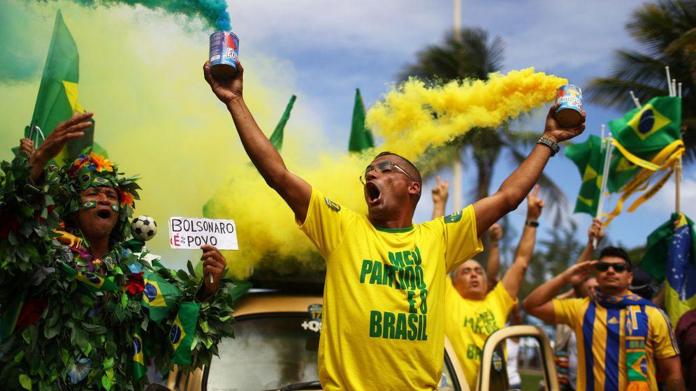 Foto: Partidarios de Jair Bolsonaro durante la jornada electoral en Río de Janeiro, el 28 de octubre de 2018. (Reuters)
