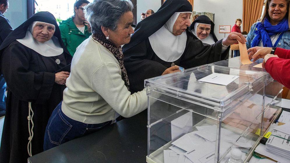 Foto: Un grupo de religiosas vota durante las elecciones generales. (EFE)