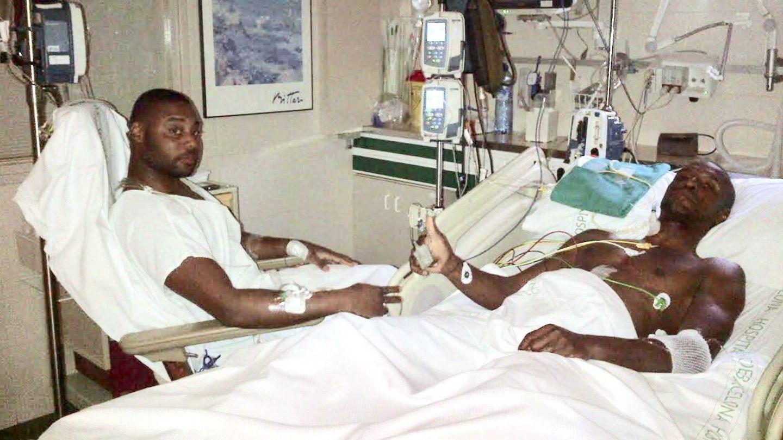 Fotografía de Eric Abidal y su primo Gerard en el hospital tras el trasplante | Facilitada por Abidal - EFE