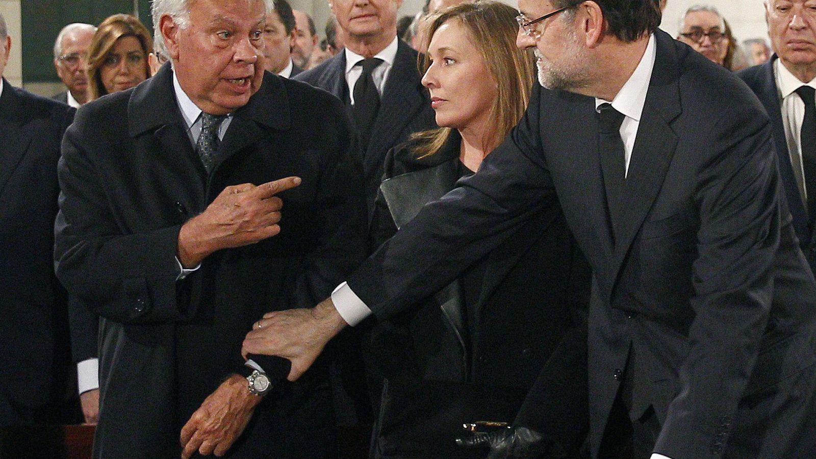 Foto: Mariano Rajoy habla con Felipe González durante el funeral de Adolfo Suárez. (Reuters)