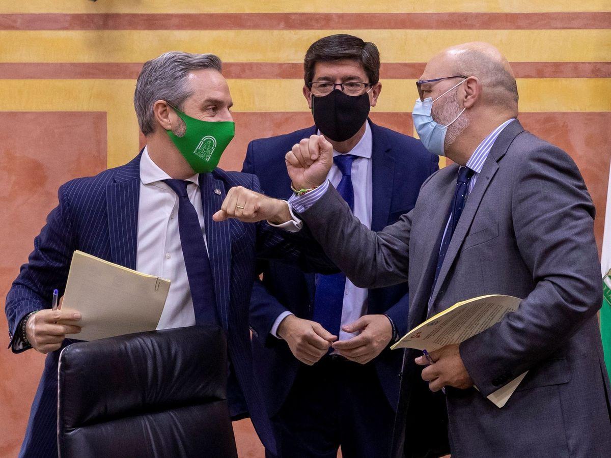 Foto: El vicepresidente de la Junta de Andalucía, Juan Marín (c), de Ciudadanos; el consejero de Hacienda, Juan Bravo (i), y el portavoz de Vox en el Parlamento andaluz, Alejandro Hernández. (EFE)