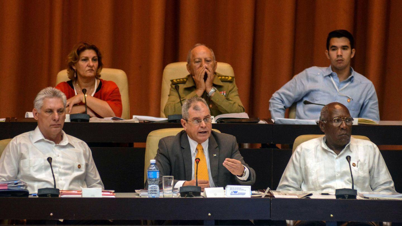 El presidente cubano, Miguel Díaz-Canel (i), junto a miembros del Gobierno, debate sobre la nueva Constitución en la Asamblea Nacional. (EFE)