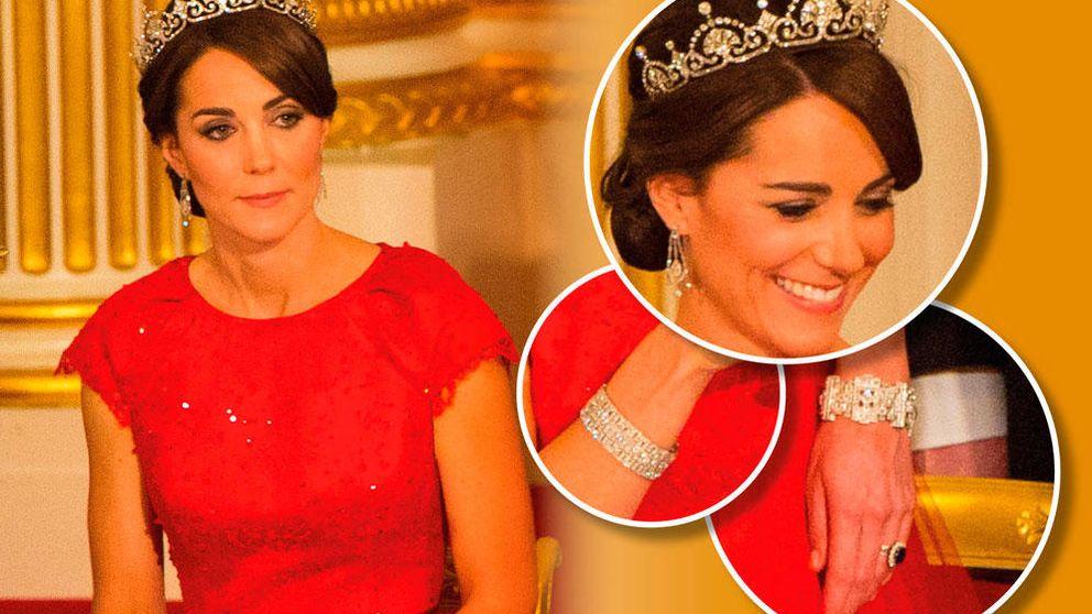 Los mensajes ocultos del vestido y joyas de Kate en su primera cena de Estado