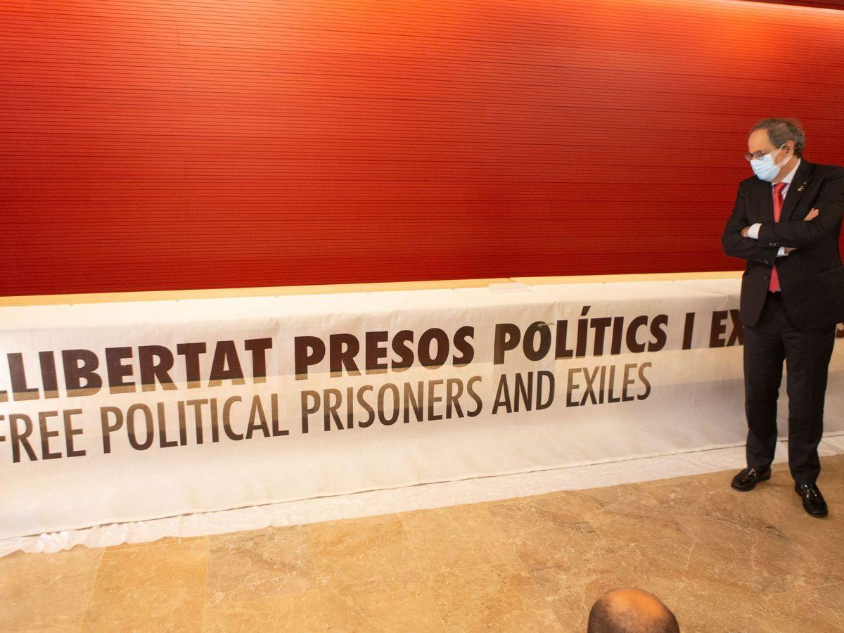 Foto: Torra entrega la pancarta al Museo de Historia de Cataluña. (EFE)