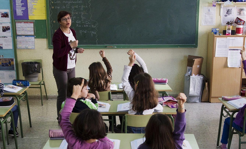 Foto: Una profesora imparte una clase en una escuela pública madrileña. (Reuters)