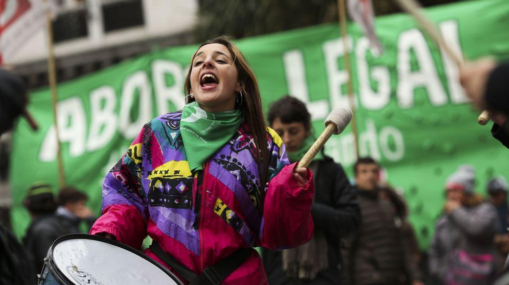 Foto: Personas a favor de despenalizar el aborto se manifiestan en el exterior del Congreso en Buenos Aires. (EFE)