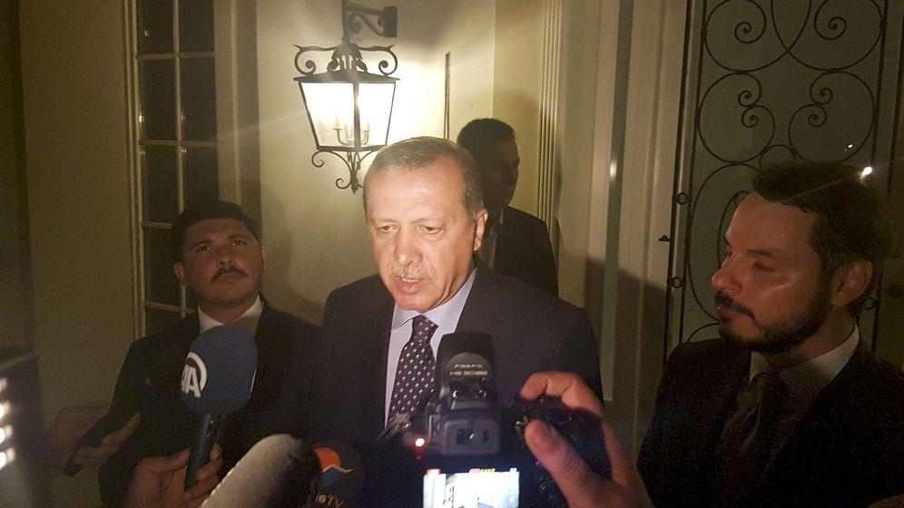 Foto: Erdogan durante una comparecencia a los medios en la noche del golpe. (Reuters)
