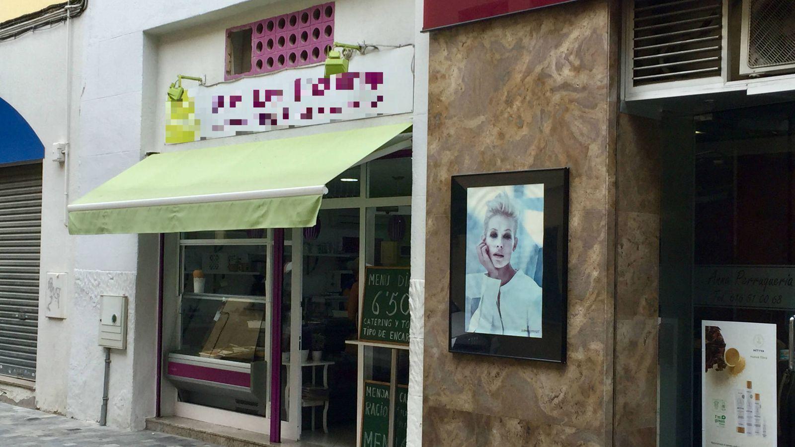 Foto: El comercio de comida precocinada de los padres de Albert Rivera, en Granollers (Barcelona), este 30 de septiembre. (J. R.)