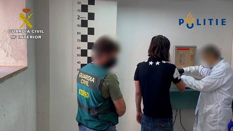 Momento en el que se tomaba la reseña del detenido. (Guardia Civil)