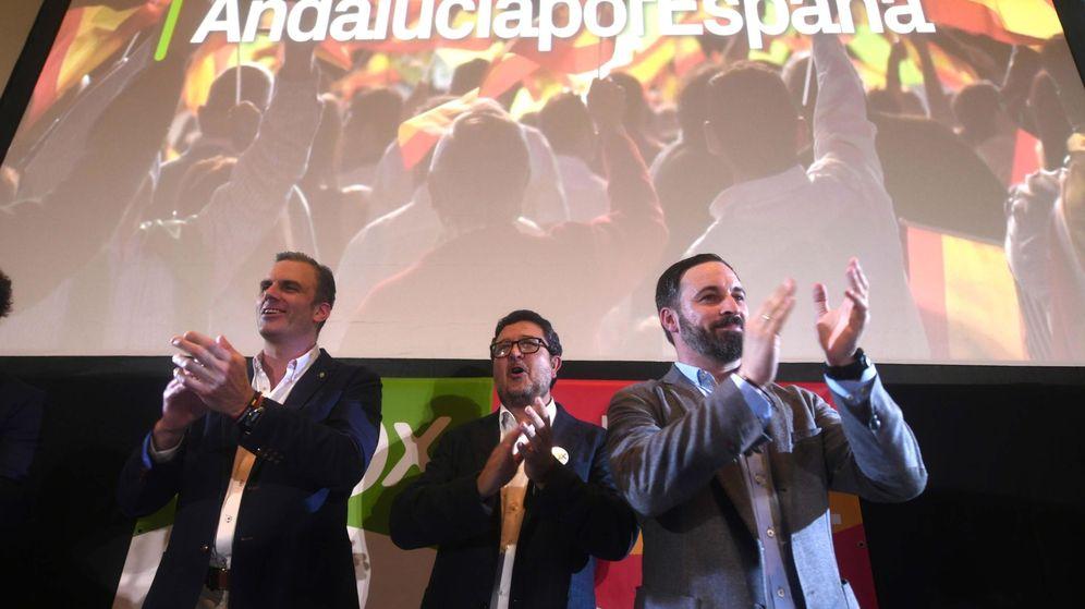 Foto: El secretario general de Vox, Javier Ortega Smith, el candidato a la presidencia de la Junta de Andalucía, Francisco Serrano, y el presidente, Santiago Abascal, tras conocer los resultados en las elecciones andaluzas. (EFE)