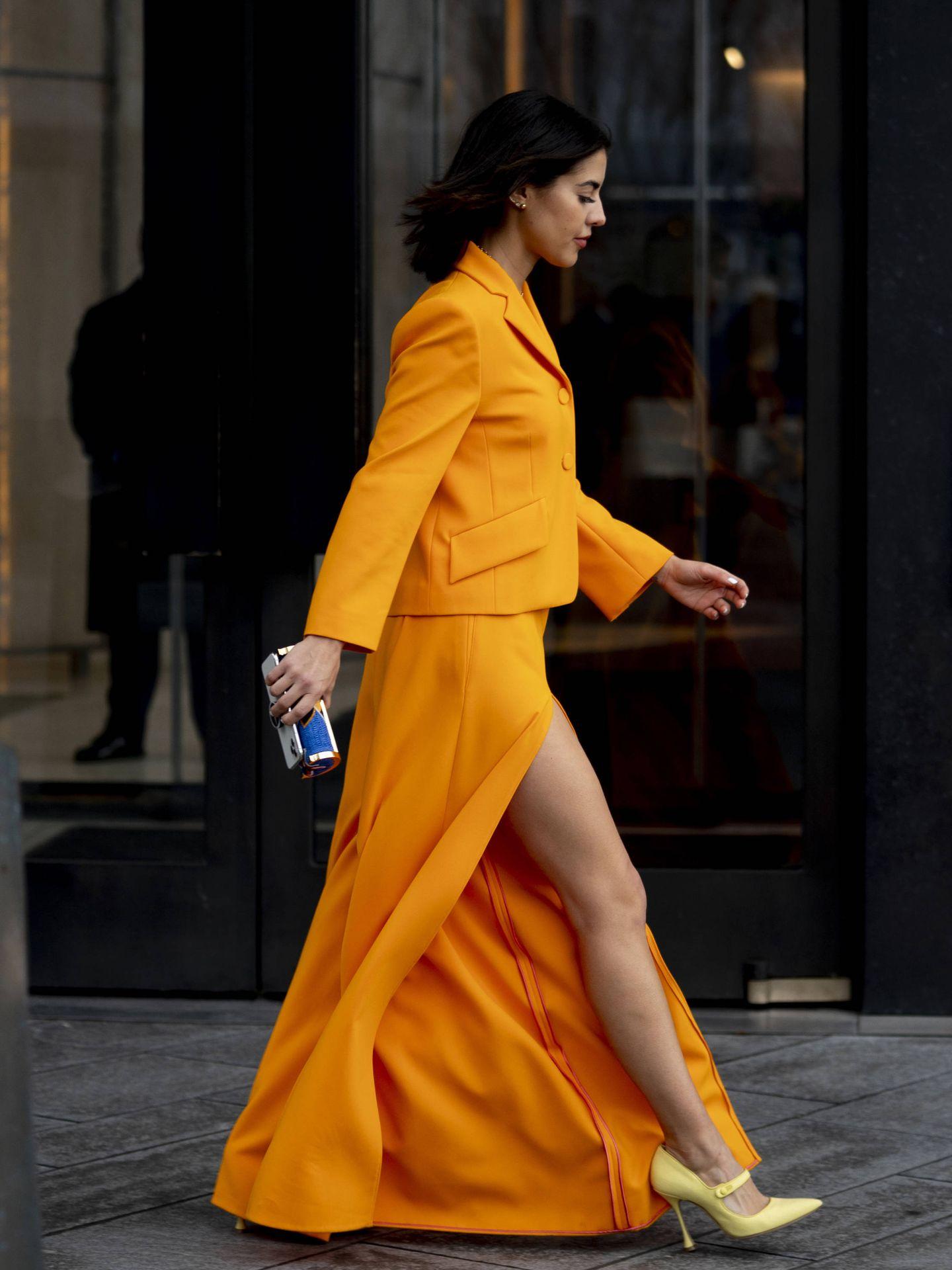 Una insider pasea con una falda con abertura. (Imaxtree)