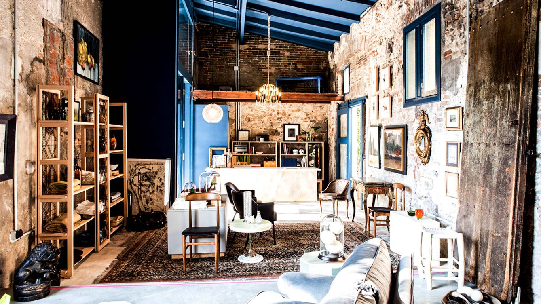 Foto: En L'Explorateur, tienda vintage de referencia en España, conviven objetos restaurados con piezas provenientes de mercadillos y subastas.