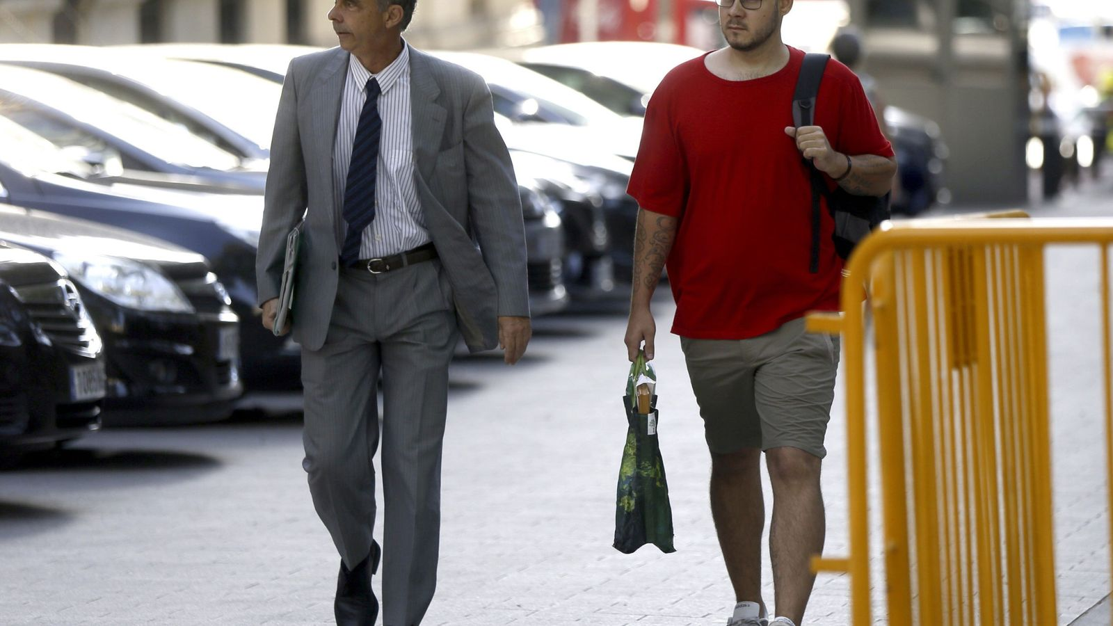 Foto: El rapero Pablo Hasel, junto a su abogado (Efe)