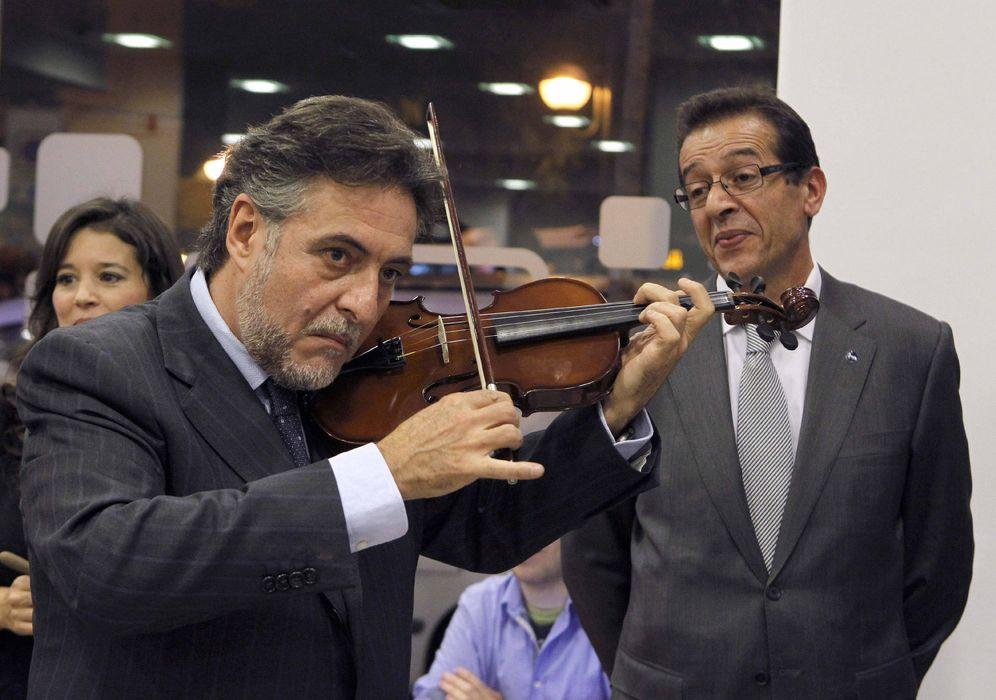 Foto: Pepu Hernández toca el violín durante una inauguración, en noviembre de 2011, en Madrid. (EFE)