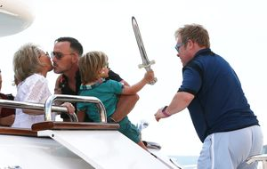 Elton John y David Furnish, vacaciones familiares en Saint Tropez