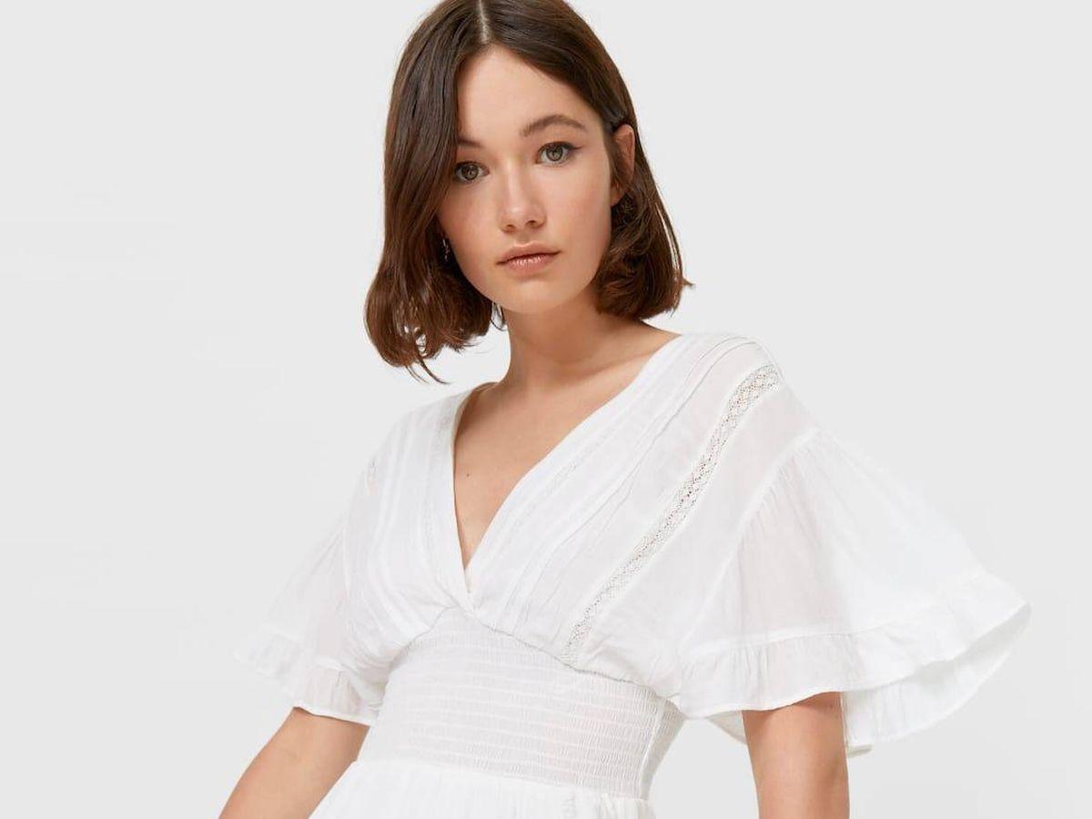 Foto: Este vestido blanco de Stradivarius puede ser el ideal para ti. (Cortesía)