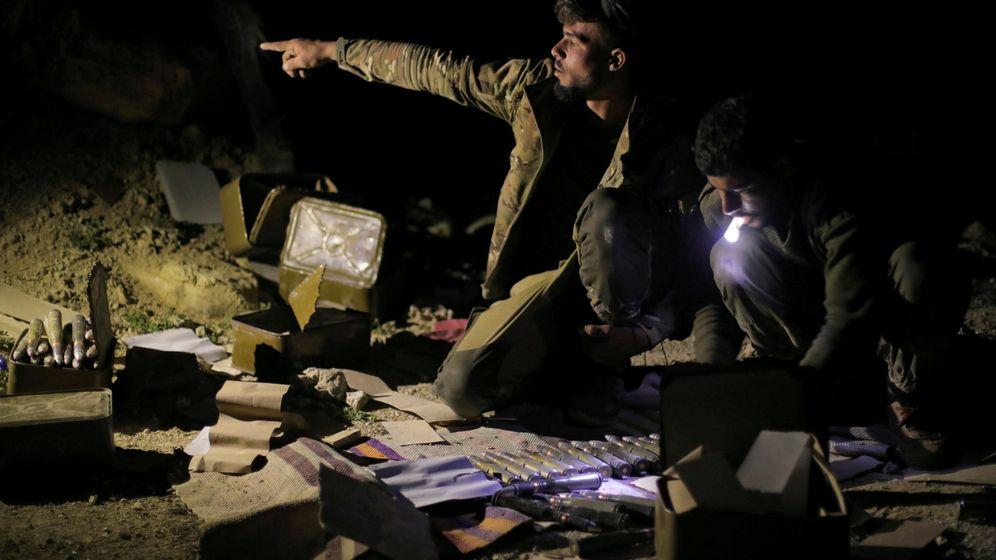 Foto: Combatientes de las Fuerzas Democráticas Sirias gesticulan durante los combates en Al Baguz, el 11 de marzo de 2019. (Reuters)