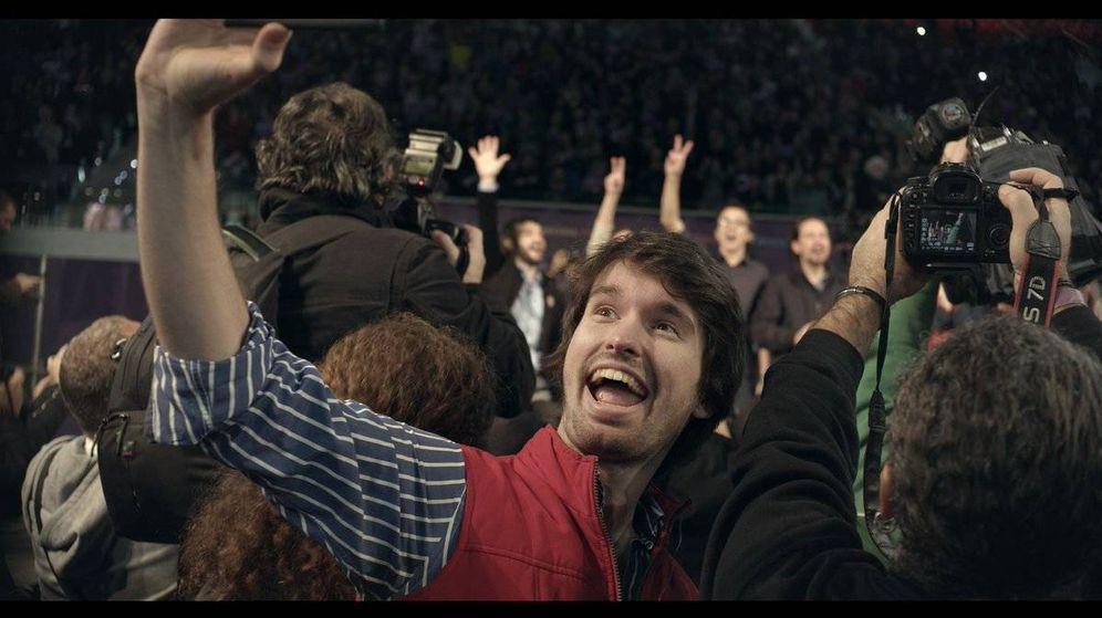 Foto: Santiago Alverú integrado en pleno mitin de Podemos en un fotograma de 'Selfie'