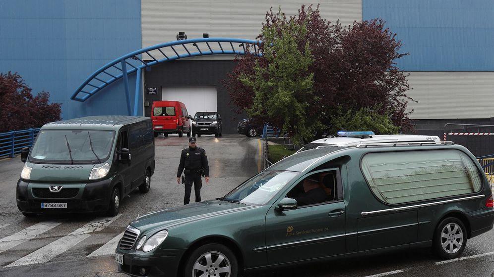 Foto: Un coche fúnebre a las puertas del Palacio de Hielo, habilitado como morgue. (EFE)