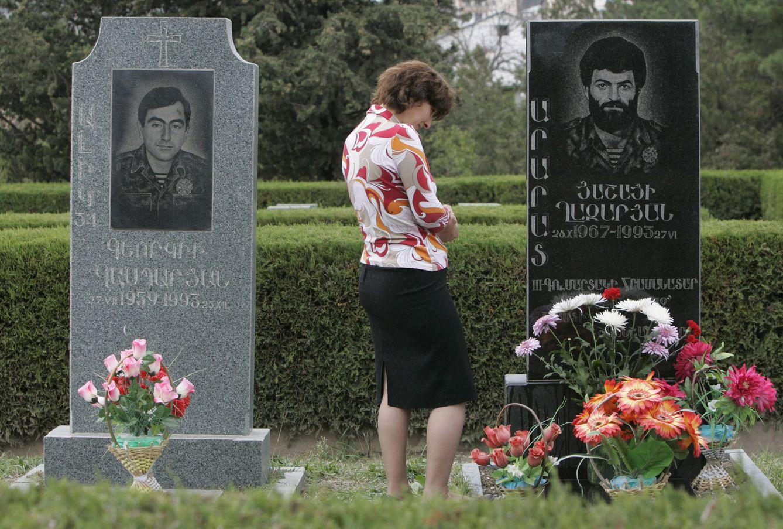 Foto: Sida Gazaryan, 43, ante la tumba de su difunto marido, Ararat Gazaryan (d), en Stepanakert (Reuters).