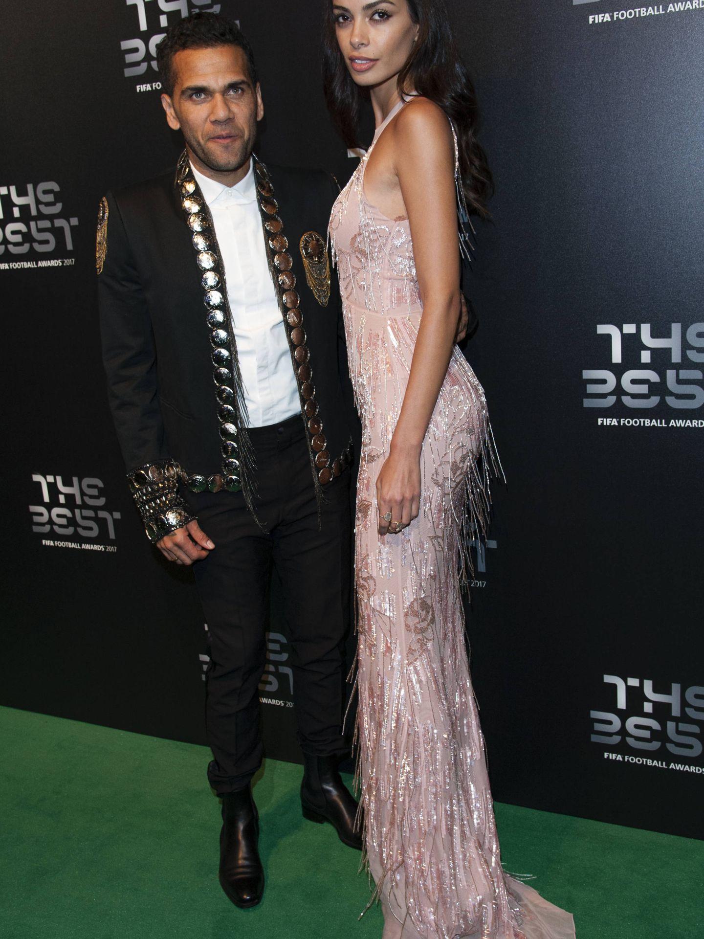 Dani Alves y su mujer, Joana Sanz, en los Premios The Best. (Gtres)