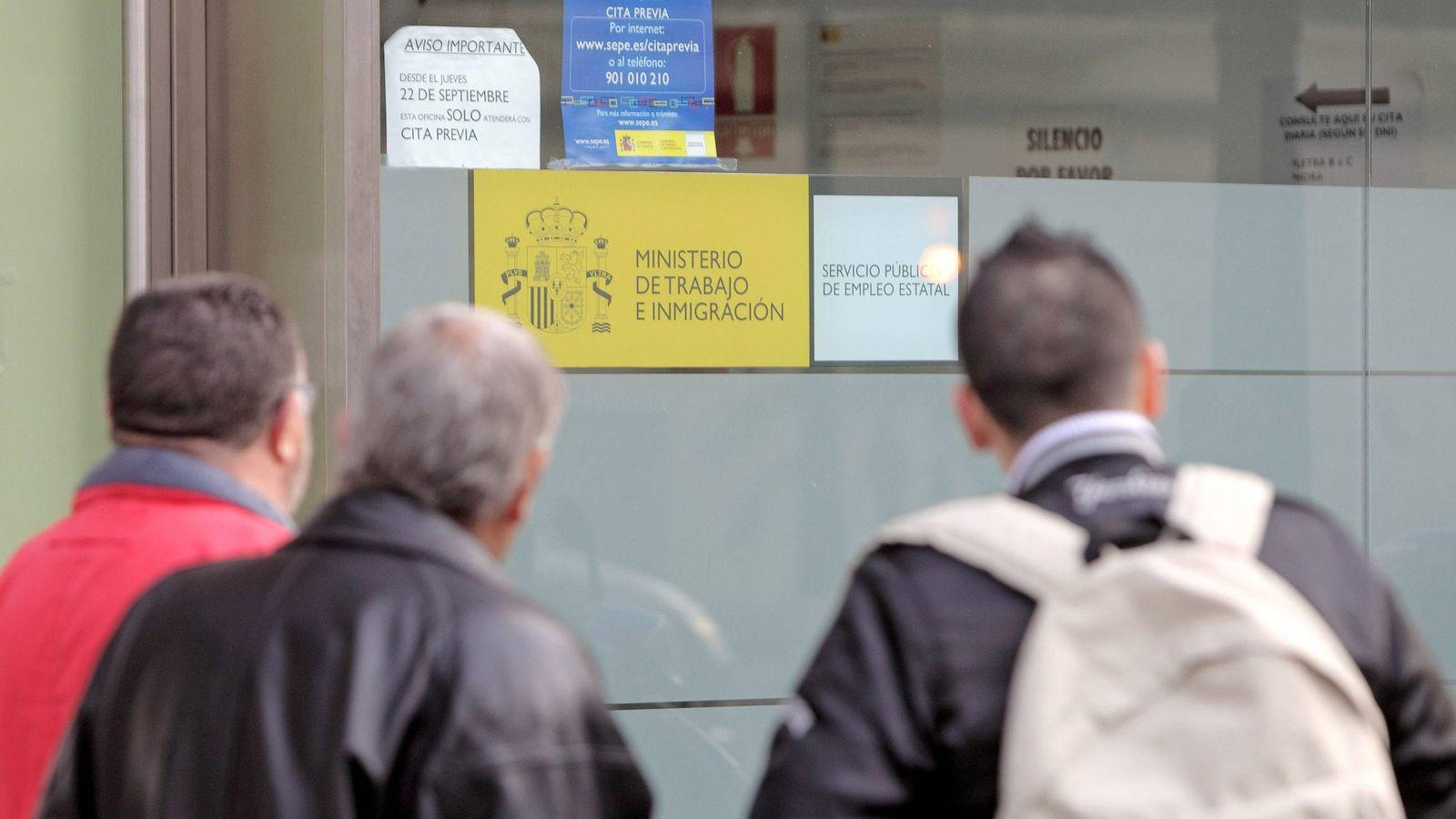 Foto: Tres hombres, a la puerta de una oficina del INEM en Valencia, en una foto de archivo (EFE)