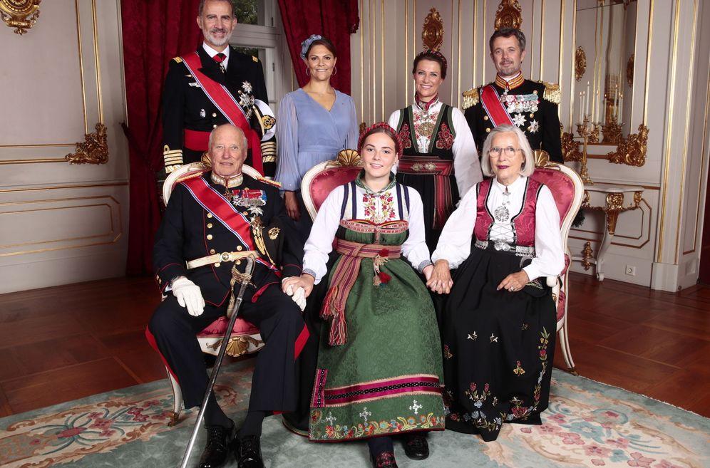 Foto: De izquierda a derecha: el rey Harald, el rey Felipe, Victoria de Suecia, Ingrid Alexandra, Marta Luisa de Noruega, Marit Tjessem y Federico de Dinamarca. (EFE)