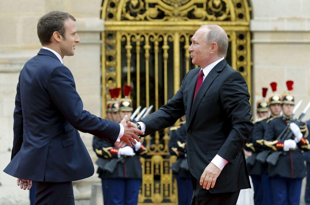 Foto: El presidente ruso, Vladimir Putin (d) es recibido por su homólogo francés Emmanuel Macron (i) a su llegada al Palacio de Versalles cerca de París. (EFE)