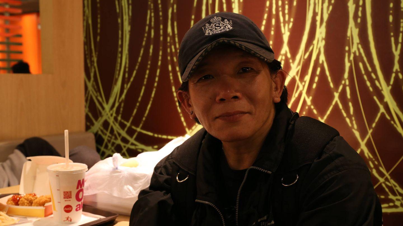 Danny en el interior del McDonald's de Hong Kong en el que duerme. (I. Arana)