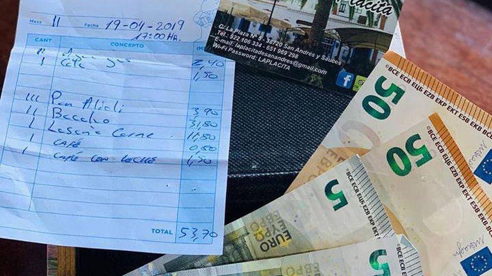 Foto: La cuenta y el dinero que los comensales dejaron en el plato (Foto: Facebook)