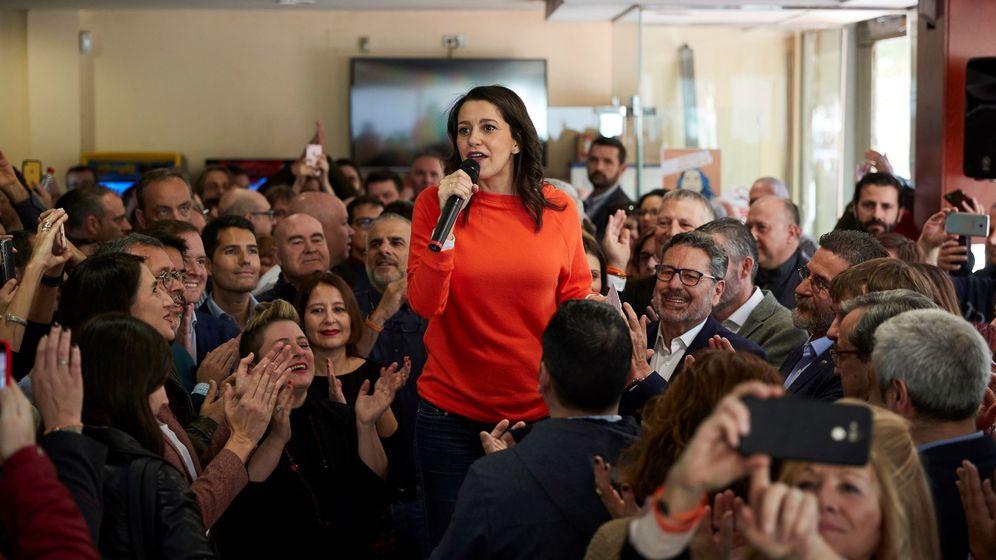 Foto: La portavoz de Ciudadanos en el Congreso, Inés Arrimadas, durante un encuentro con afiliados. (EFE)