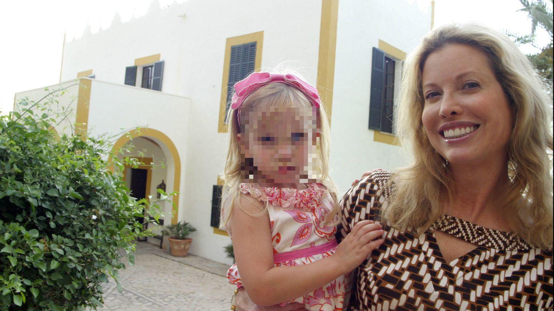 Diandra Luker, con una de sus hijas posando en S'Estaca. (Gtres)