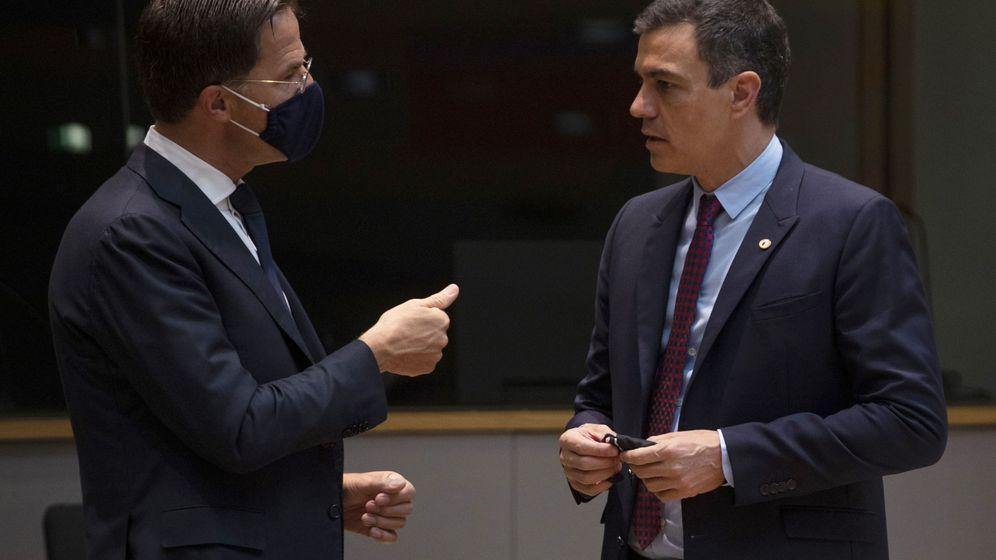 Foto: Pedro Sánchez, sin mascarilla, conversa con Mark Rutte en Bruselas. (Reuters)