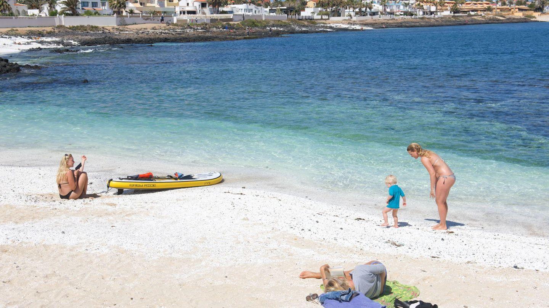 Turistas, pese a la pandemia, en las playas de Fuerteventura, donde el turismo es una importante vía de ingresos. (EFE)