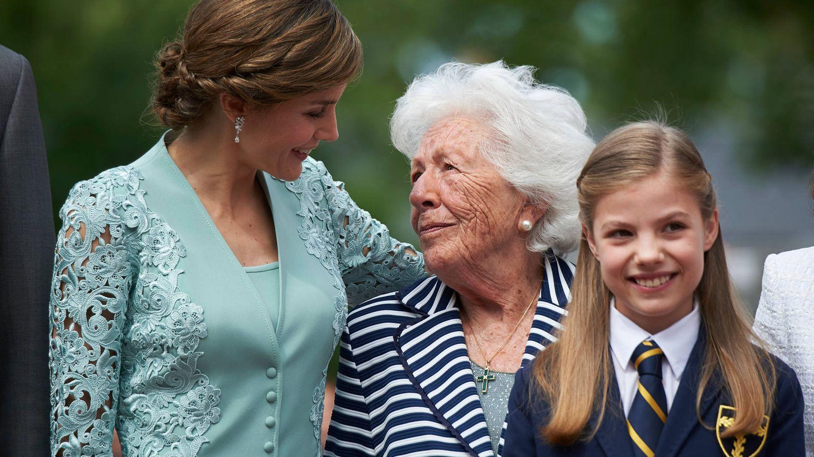 Foto: La Reina, junto a su abuela, Menchu Álvarez del Valle, y la infanta Sofía. (Limited Pictures)