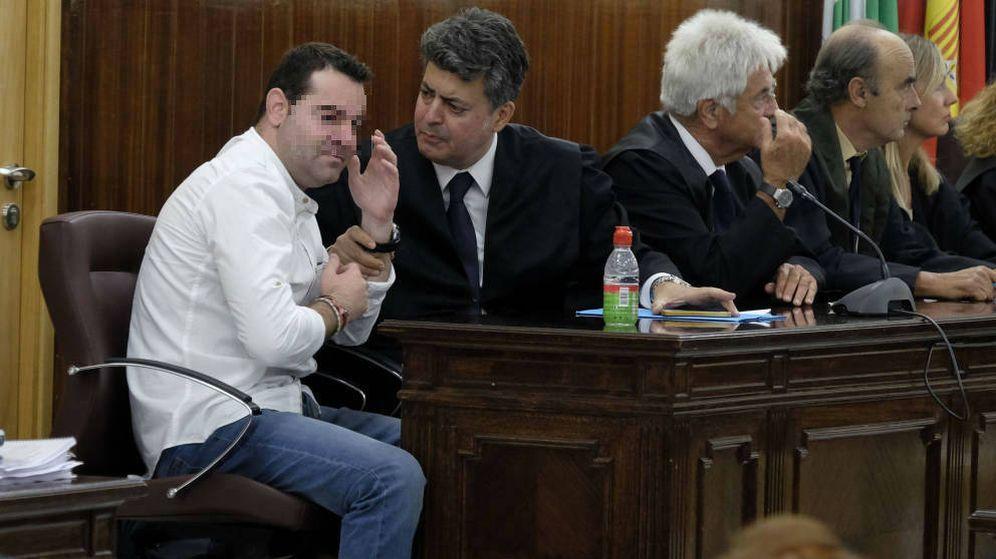 Foto: F. J. M. (i), el único acusado por el doble crimen de Almonte, tras ser declarado no culpable. (EFE)
