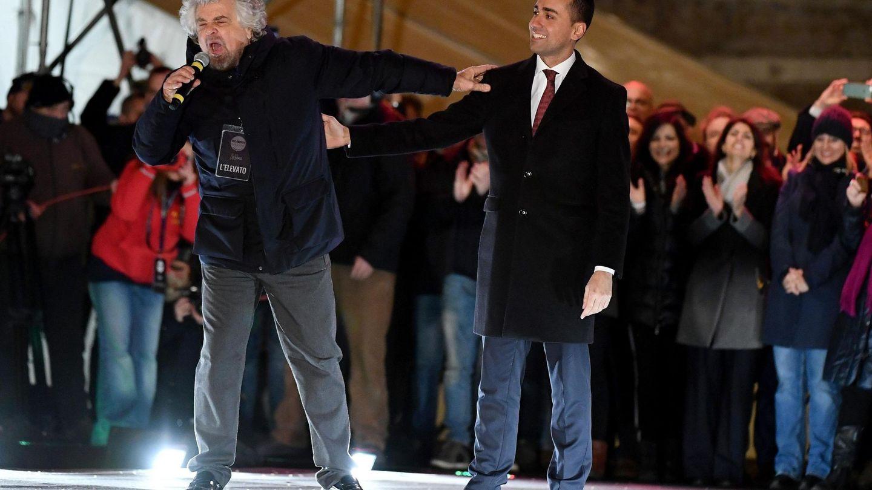 El fundador del M5S, Beppe Grillo, y Luigi Di Maio pronuncian un discurso durante un acto electoral celebrado en Roma. (EFE)