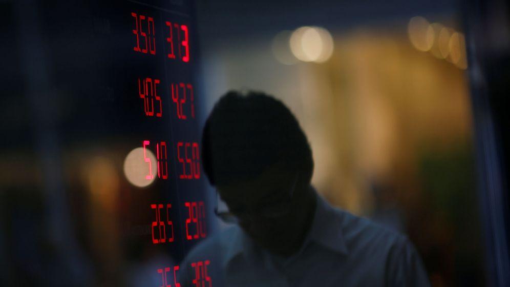 Foto: Un hombre en un local de cambio de divisas en Brasil. (Reuters)