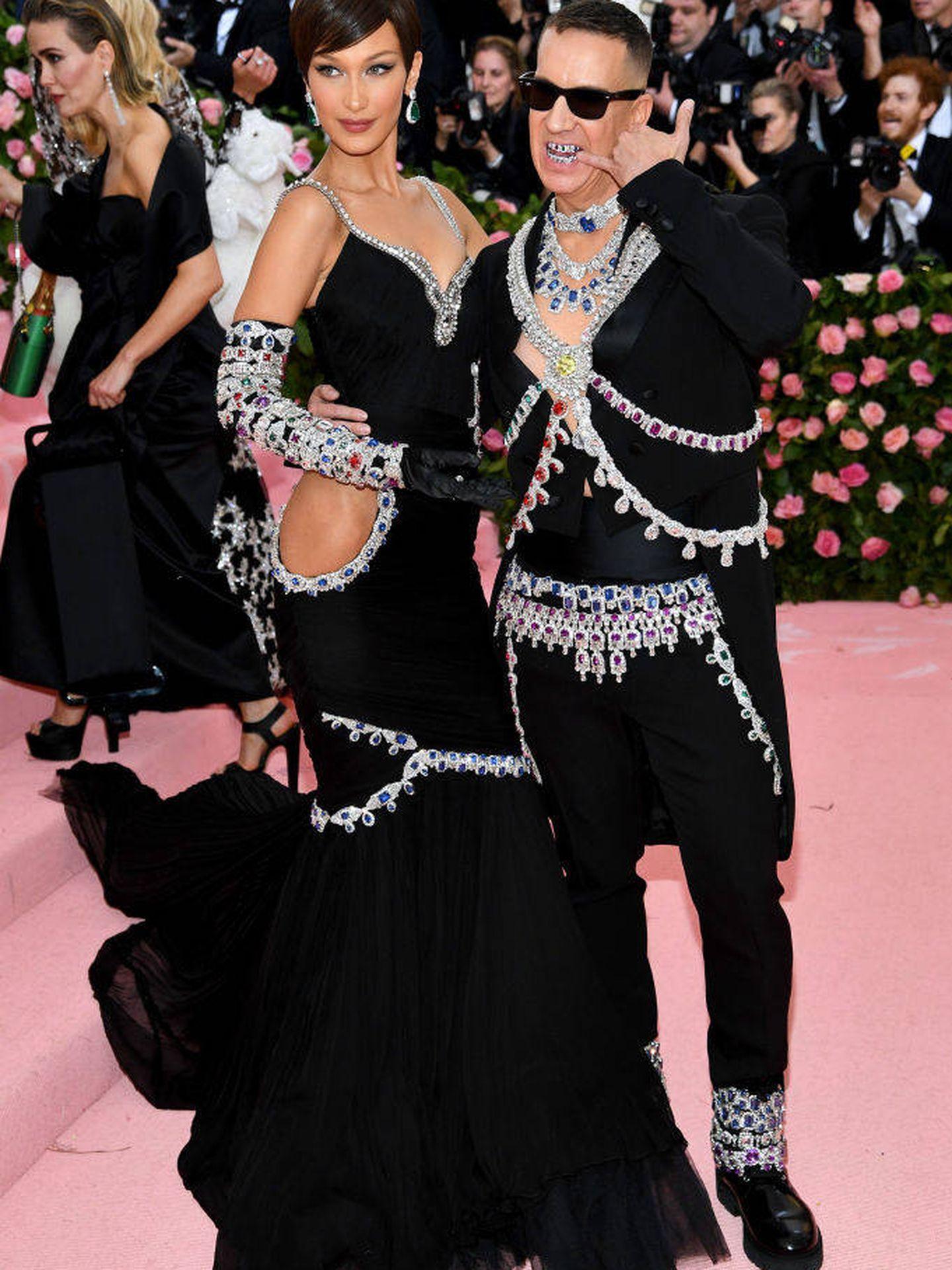 Bella Hadid y Jeremy Scott. (Getty)