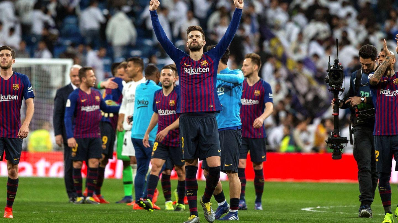 Piqué levanta los brazos tras el partido contra el Madrid. (EFE)