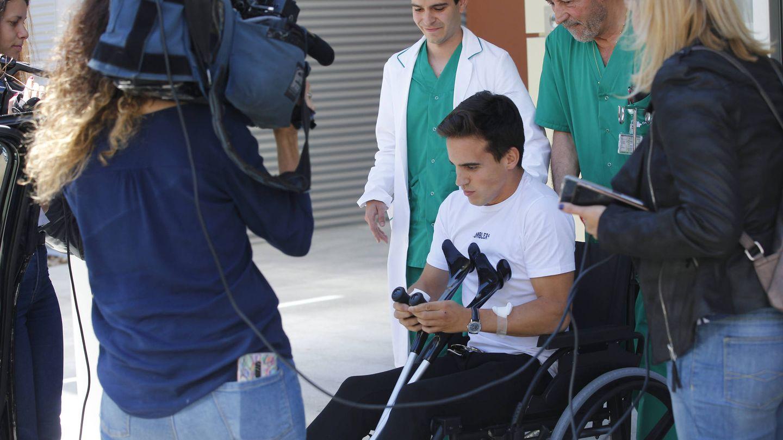 Gonzalo Caballero a su salida del hospital. (Lagencia Grosby)