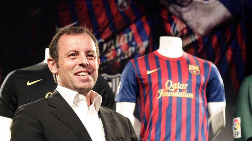 Foto: El expresidente de Barcelona posa junto a las camisetas del FC Barcelona con el patrocinio de Qatar Foundation. (Reuters)